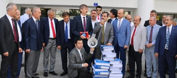 Sözleşmeliler İçin Toplanan Dilekçeleri Başbakanlığa Gönderdik